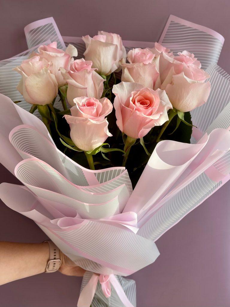 11 розовых роз